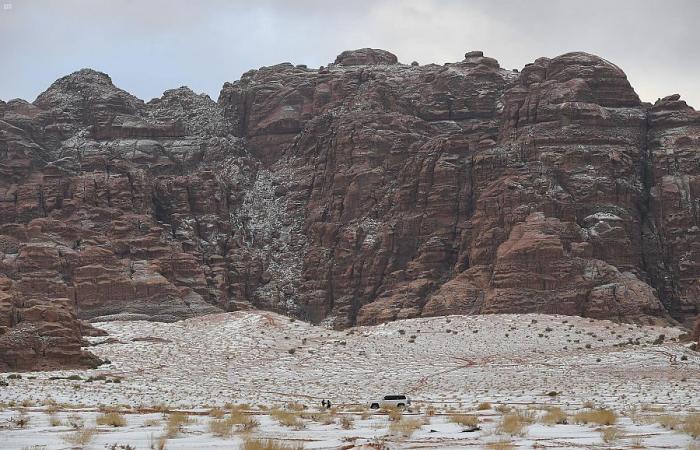 تساقط الثلوج يزيد جمال نيوم ويغطي فياضها البرية