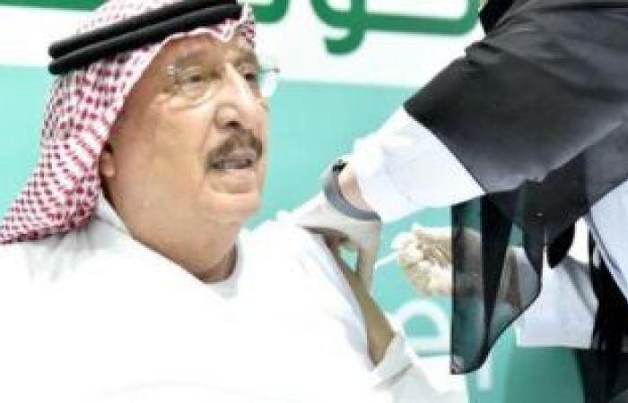 أمير جازان ونائبه يفتتحان مركز للقاحات كورونا ويتلقيان الجرعة الأولى.. صور