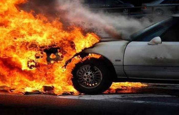"""تفحم سيارة أثناء توقفها على طريق """"ميت غمر - أجا"""" بالدقهلية"""