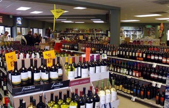 318 زجاجة مشروبات كحولية .. حبس متهمين لاتجارهما بالمواد المخدرة والخمور في سوهاج