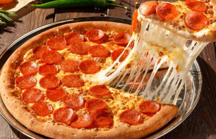 أحلي من المطاعم .. خطوات بسيطة لعمل البيتزا