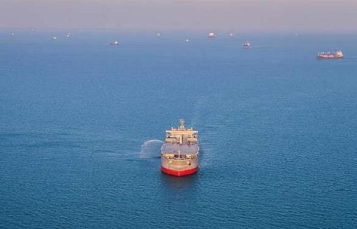 رويترز تكشف تفاصيل انفجار وقع أمس في سفينة بخليج عمان