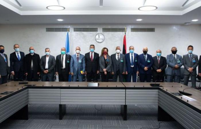 """اللجنة العسكرية الليبية """"5+5"""" تجتمع مع فريق المراقبين الدوليين"""