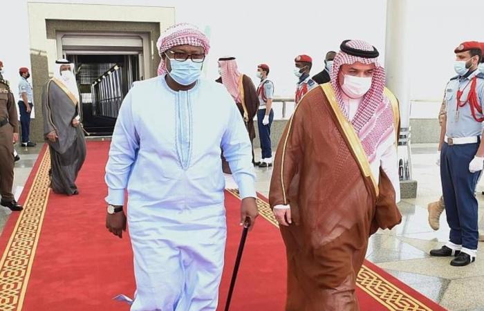 بالصور.. رئيس غينيا يصل إلى جدة