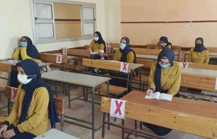 طلاب الشهادة الإعدادية يؤدون الامتحان الموحد بمدارس الجمهورية
