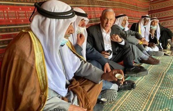 نتنياهو يشرب القهوة ويأكل الطعمية مع بدو النقب.. فيديو