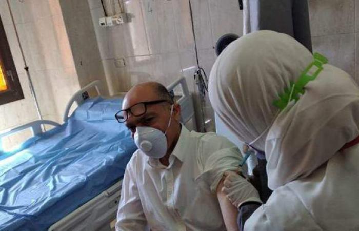 تطعيم الأطقم الطبية العاملة بمستشفيات المنيا الجامعية بلقاح كورونا