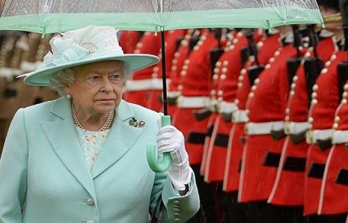 """""""هل ستطاردون الروس؟""""... الملكة إليزابيث تخاطب جنديا بأول ظهور لها هذا العام"""