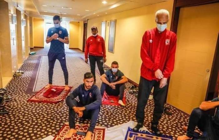 بعثة الأهلي تؤدي صلاة الجمعة في فندق الإقامة بالسودان