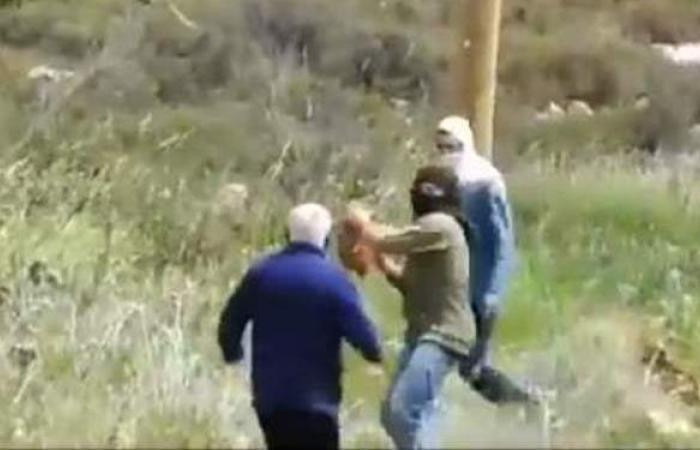 لحظة اعتداء مستوطنين على فلسطيني مسن ومحاولة قتله | فيديو