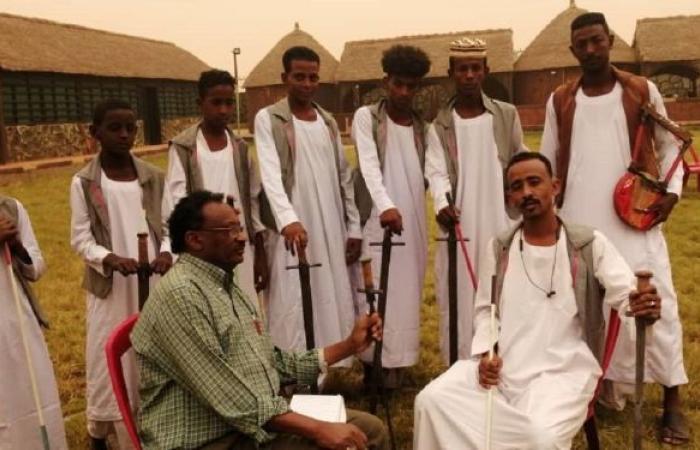 """فرقة """"العباساب"""" السودانية تحيي فنون """"العرضة"""" التراثية في شرق النيل"""