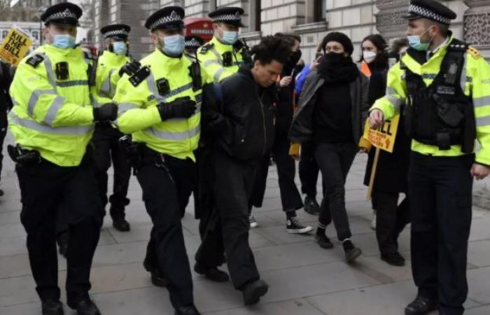 أمن بريطانيا يعتقل 107 أشخاص خلال مظاهرات رافضة لقانون الشرطة.. صور