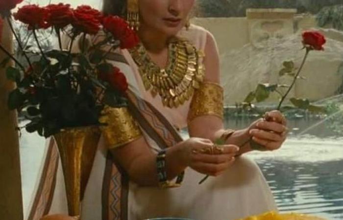شاهد...يسرا تسترجع ذكرياتها مع الزي الفرعوني
