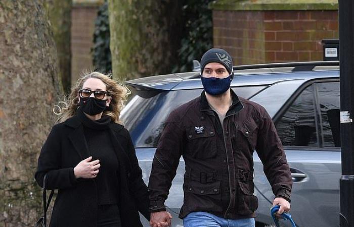 هنرى كافيل يقع فى الحب من جديد ويتجول مع صديقته بشوارع لندن... صور