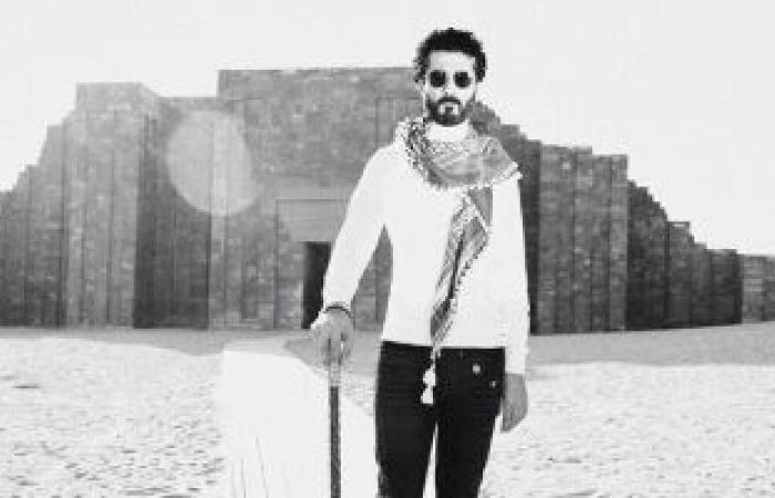 """خالد النبوى فى صورة أمام مزار فرعونى: """"كل اللى عملوا ده والتاريخ طفل بيحبى"""""""
