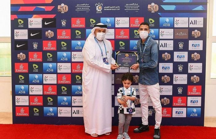 رابطة المحترفين الإماراتية تكرم مؤمن زكريا بنهائي كأس الخليج العربي