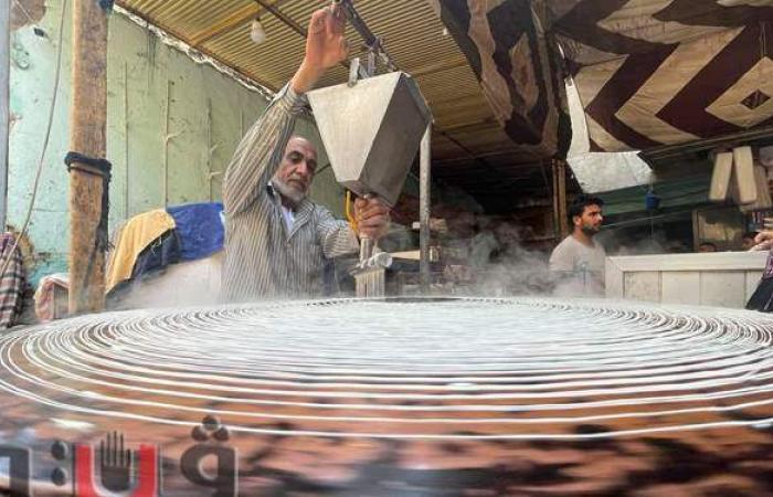 تبدأ بـ 20 جنيها.. أسعار الكنافة والقطايف تجذب المواطنين في ليلة رمضان  صور