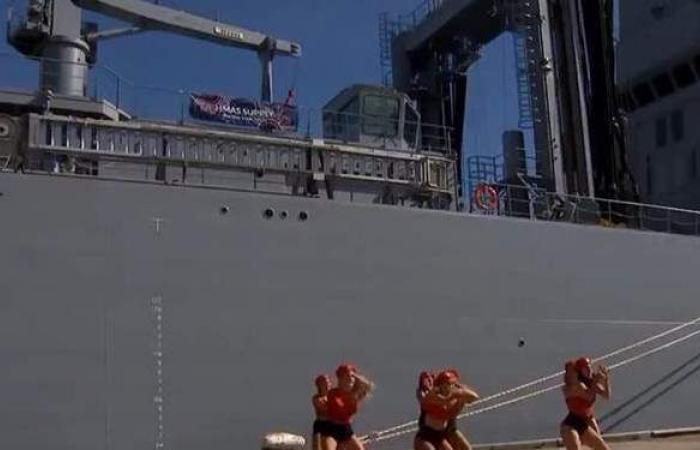 عرض نسائي راقص يحرج ضباط البحرية الأسترالية أمام زوجاتهم | فيديو