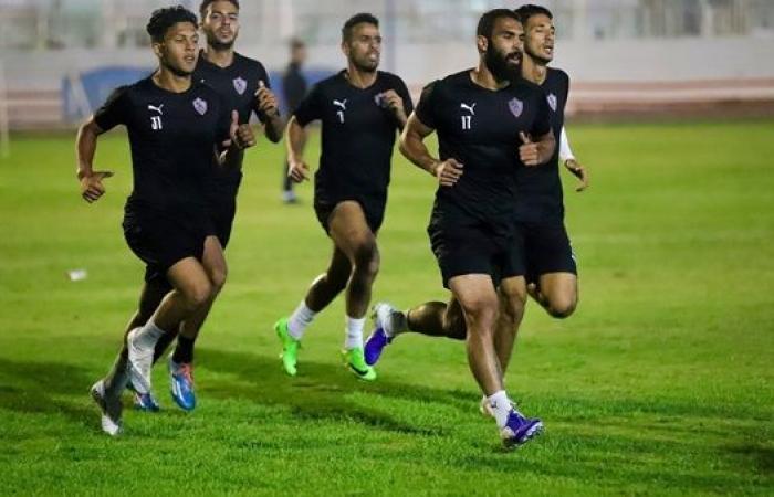 أمير عبد العزيز يؤازر لاعبي الزمالك قبل مواجهة القمة