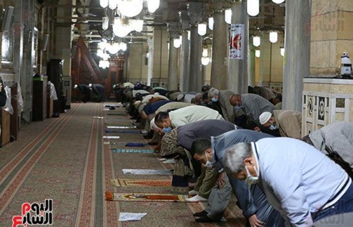 الليلة الخامسة من رمضان.. المصلون يؤدون صلاة التراويح بالسيدة زينب فى أجواء روحانية
