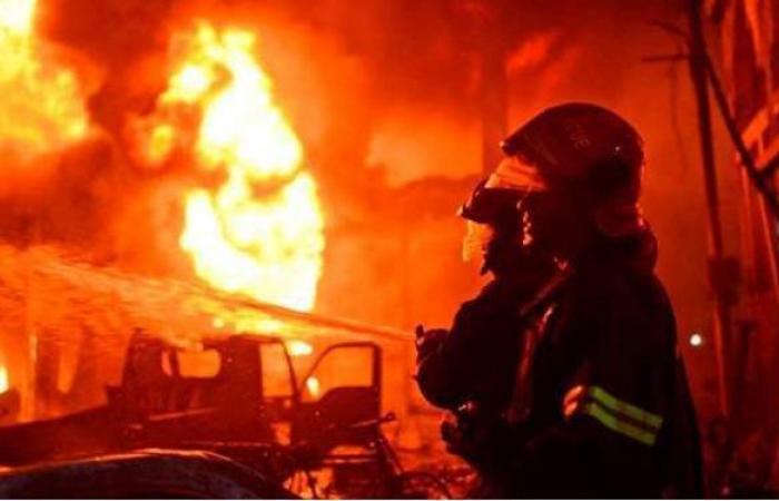 إخماد حريق محدود في مخزن بالوراق