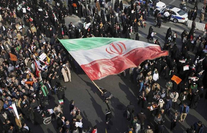 آلاف المتقاعدين يتظاهرون ضد الغلاء والفقر في مدن إيرانية عدة