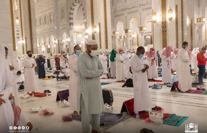 المصلون يؤدون صلاة تراويح سابع ليلة من شهر رمضان