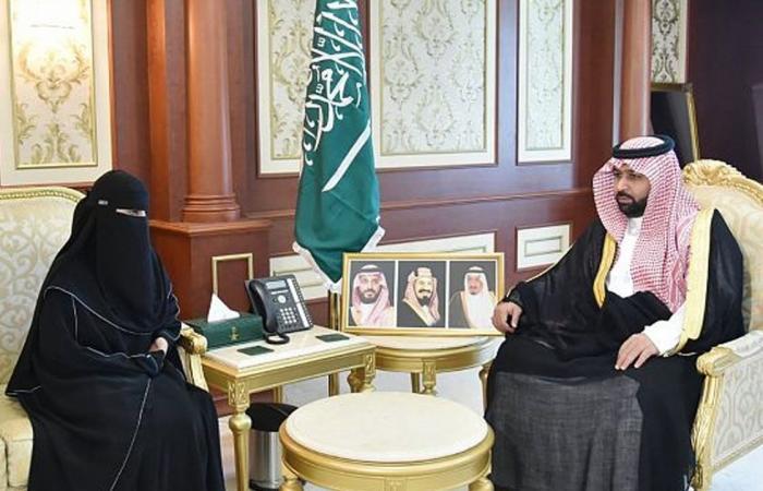 عائشة الشبيلي.. سعودية تحوِّل الألواح الخشبية لأعمال وتحف فنية منذ 50 عامًا