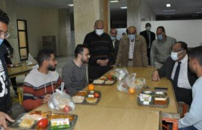 """رئيس جامعة حلوان يتناول الإفطار مع الطلاب.. ويؤكد:""""مكتبى مفتوح للجميع"""""""