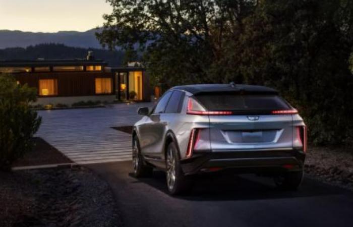 Cadillac تكشف عن أول سيارة كهربائية بشكل كامل مع شاشة بحجم 33 إنش