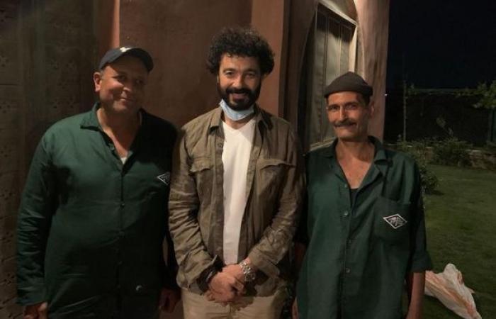 """خالد النبوى ينشر صورة مع بعض العاملين البسطاء ويعلق: """"شكرًا لكل أسيادنا اللى بيخدمونا"""""""