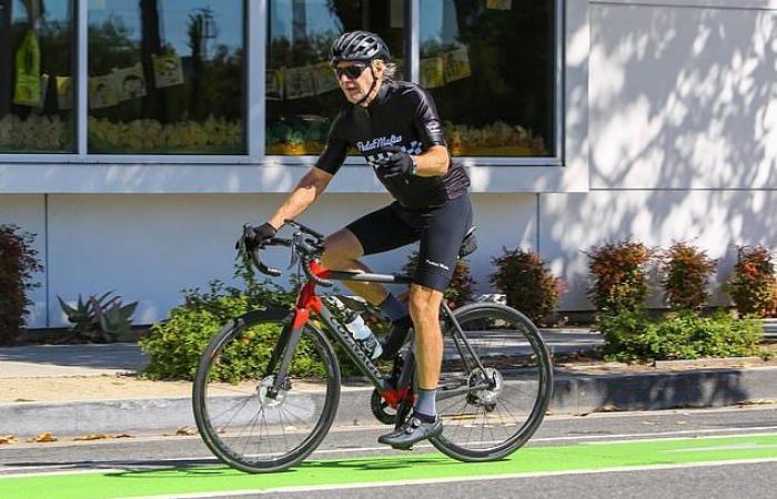 هاريسون فورد يستمتع بقيادة الدراجة فى شوارع كاليفورنيا رغم اقترابه من الـ80