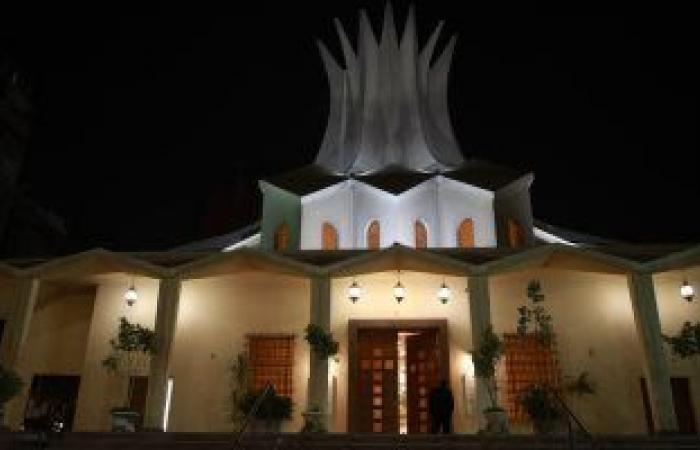 الكاتدرائية الأسقفية بالزمالك تتزين بالأضواء احتفالا بعيد القيامة المجيد.. صور