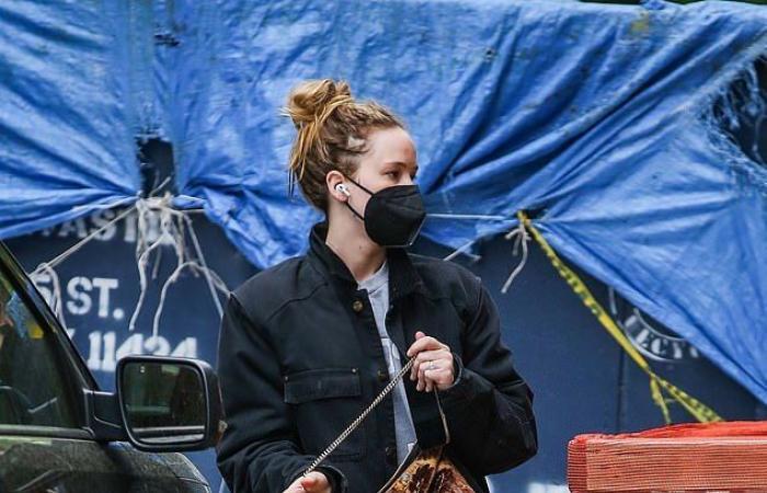 جينيفر لورانس أجازة من تصوير فيلمها مع ليوناردو دى كابريو بشوارع نيويورك