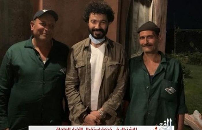 """خالد النبوي ينشر صورة برفقة عمال النظافة ويعلق:""""أسيادنا اللى بيخدمونا"""""""