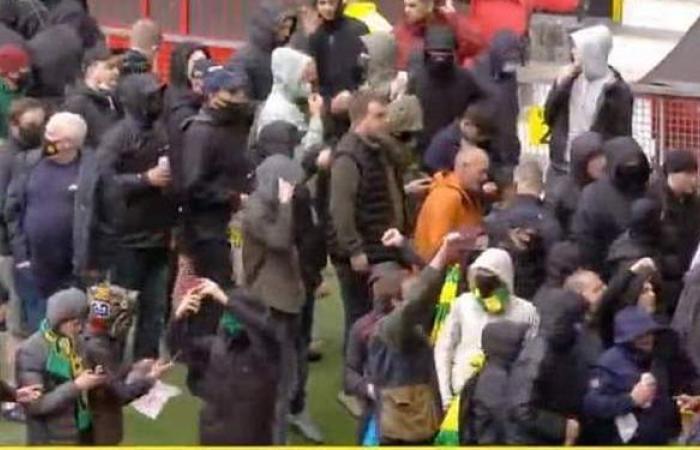 جماهير مانشستر يونايتد تقتحم ملعب أولد ترافورد قبل لقاء ليفربول