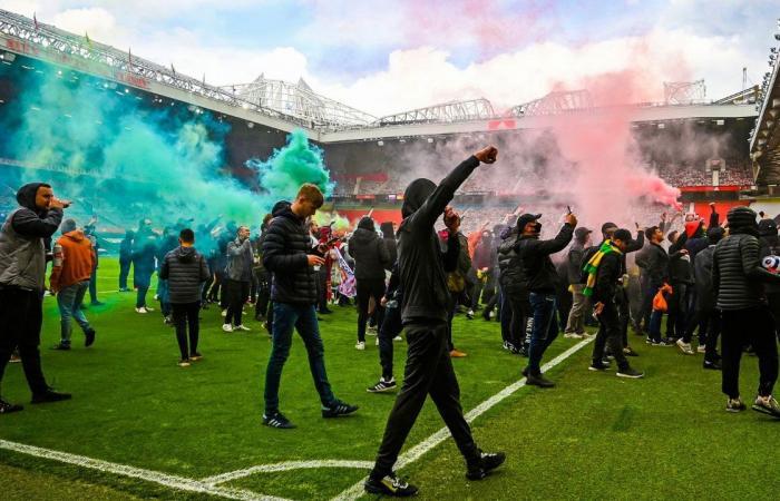 تأجيل بدء قمة مانشستر يونايتد وليفربول بسبب اقتحام أولدترافورد