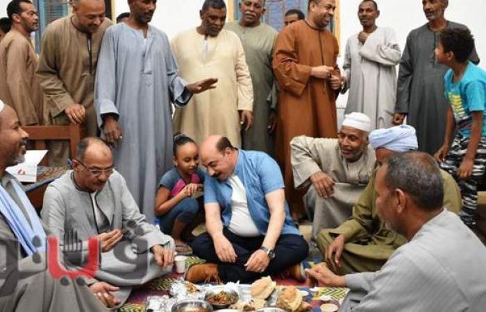 محافظ أسوان يشارك أهالي العطواني بإدفو إفطار رمضان