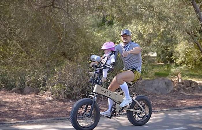كاتى بيرى وأورلاندو بلوم مع ابنتهما ديزى بنزهة على الدراجات .. صور