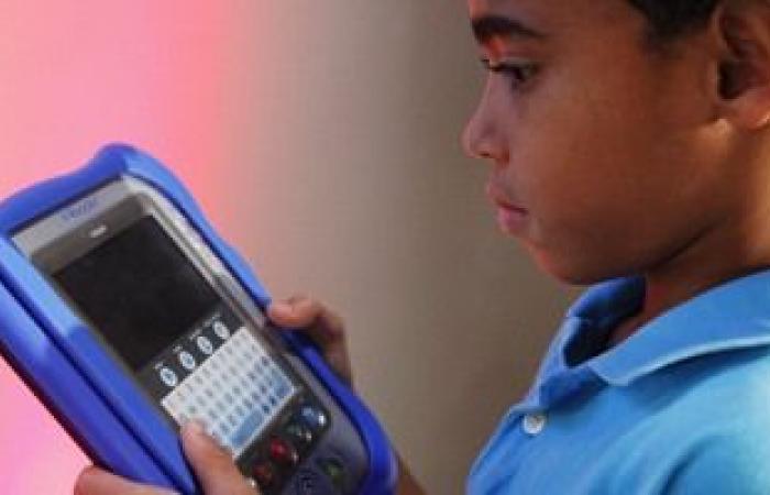 دراسة بريطانية: ثلثا الأطفال يقضون العطلات وهم يحدقون لأربع شاشات أحيانًا