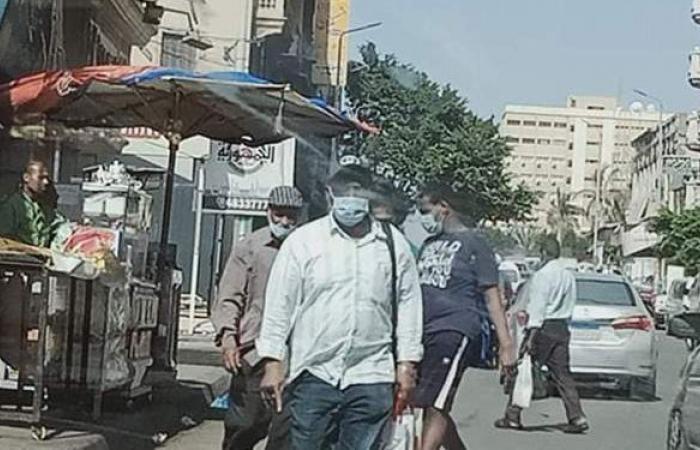 أهالي الإسكندرية يلتزمون بارتداء الكمامات تخوفا من غرامات كورونا