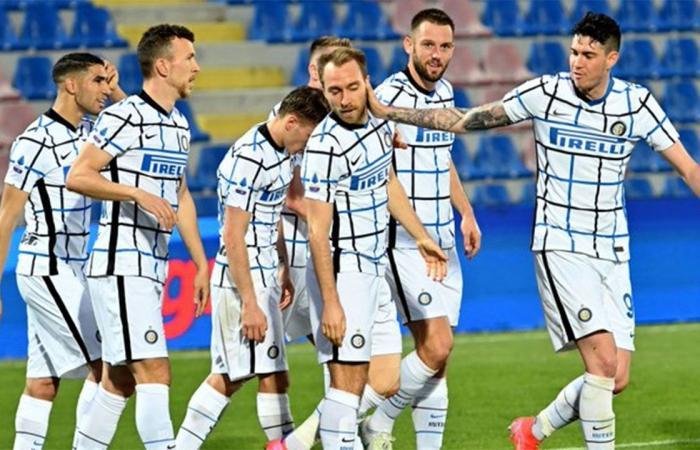 إنتر ميلان يهزم كروتوني ويقترب كثيرًا من لقب الدوري الإيطالي