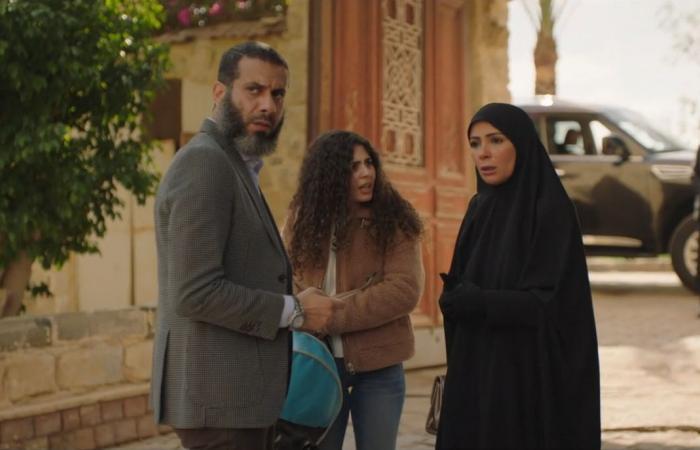 """""""لعبة نيوتن"""" الحلقة 21.. محمد ممدوح يلتقى ابنه وعائشة بن أحمد تفاجئ منى زكى"""