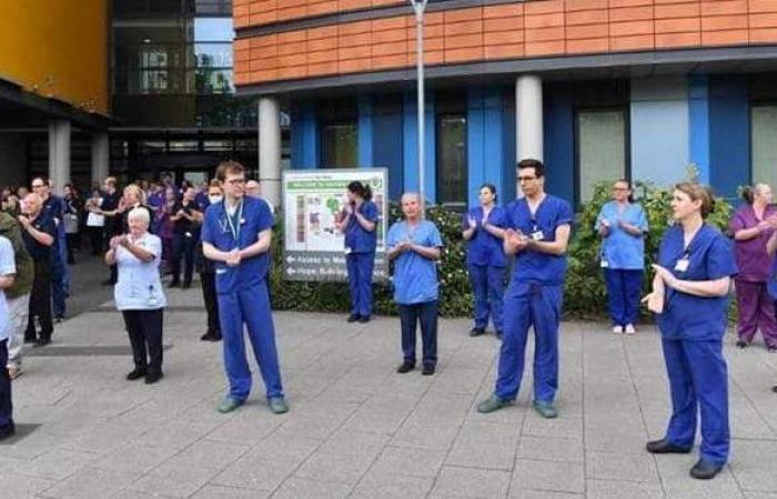 """آلاف الأطباء في بريطانيا يخططون لترك العمل بسبب """"ضغط كورونا"""""""