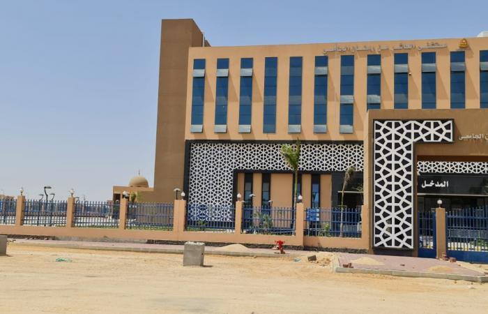 وزير التعليم العالي يزور مستشفى العاشر من رمضان الجامعى ويوجه بإنهاء التجهيزات