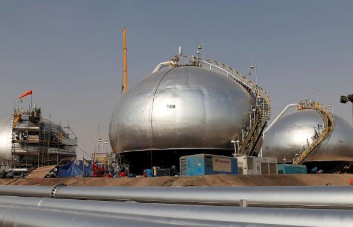 أسعار النفط تهبط رغم تخفيف القيود واحتمال زيادة الطلب على الوقود