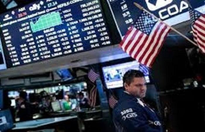 الأسهم الأمريكية تتراجع مع تخارج المستثمرين