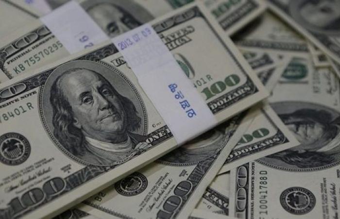 الدولار يرتفع مع ترقب بيانات اقتصادية