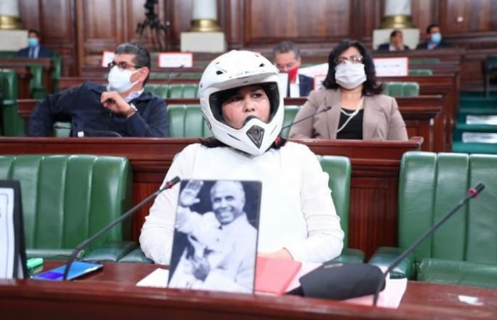 عااجل .. تصرف غريب لنائبة تحضر جلسة البرلمان بخوذه وسترة واقية من الرصاص !