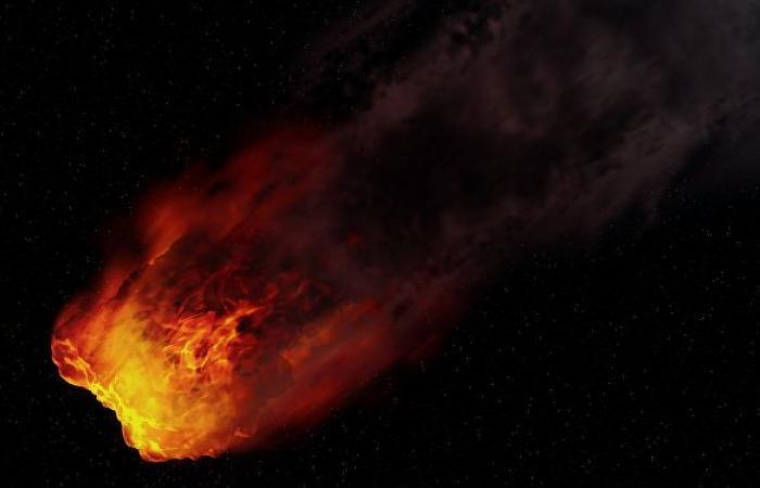 كرة نارية ضخمة تحلق في السماء فوق اليابان... فيديو